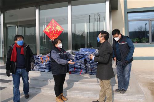 10-1月31日下午,集团新材料工作小组刘国福、都吉波两位同志给中纺新材料公司送工服 (1).jpg